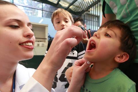 """SAO PAULO, SP, 01/09/2018, BRASIL - VACINACAO DIA D- 13:06:04 - A mobilizacao deste sabado  para ampliar a cobertura das vacinas de poliomielite e sarampo contara com o reforco de postos volantes em diversas regioes do municipio de Sao Paulo. A vacinacao, que e voltada para criancas de 1 a 4 anos, 11 meses e 29 dias de idade, acontecera em parques, shoppings e hipermercados, alem das Unidades Basicas de Sa""""de (UBS) de plantao. Posto volante do Parque Ibirapuera, na zona sul. Gustavo Fuser com seu filho Daniel. (Rivaldo Gomes/Folhapress, NAS RUAS) - ***EXCLUSIVO AGORA*** EMBARGADA PARA VEICULOS ONLINE***UOL, FOLHAPRESS E FO LHA.COM CONSULTAR FOTOGRAFIA DO AGORA***FONES 32242169 E 32243342***"""