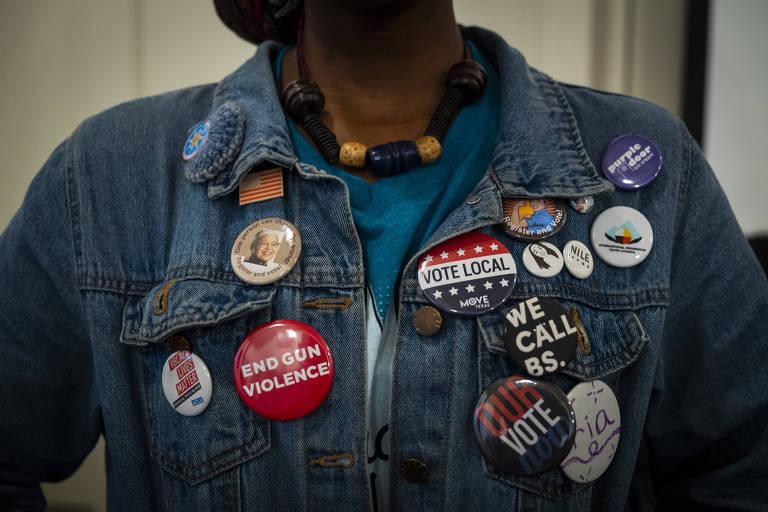 Broches de diversas campanhas, no peito de um ativista