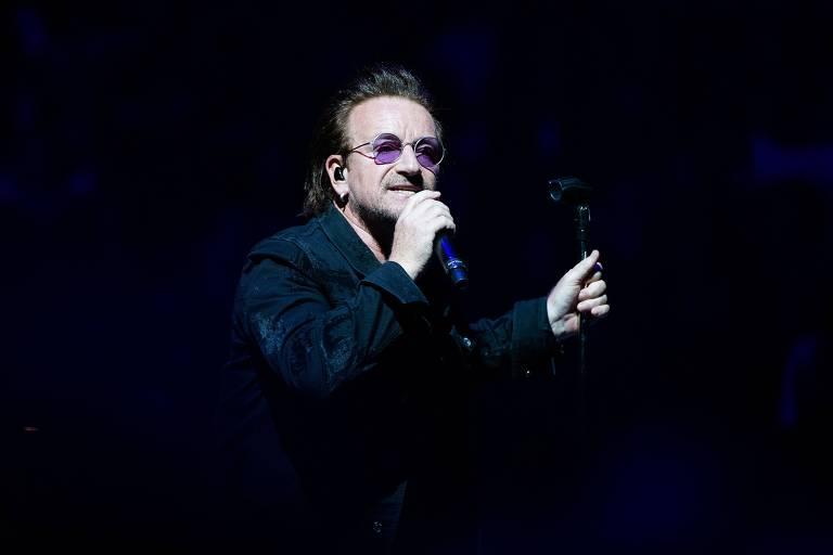 Bono, vocalista do U2, durante show em Berlim na última sexta (31)
