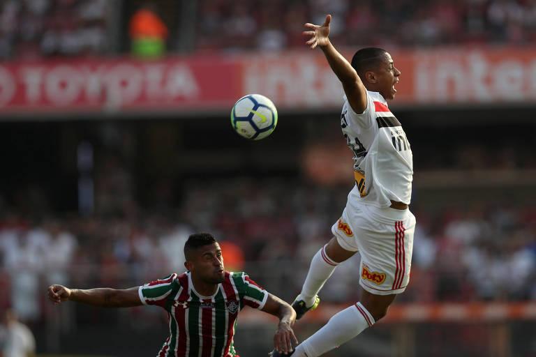Bruno Alves, do São Paulo, e Kayke, do Fluminense, em disputa de bola