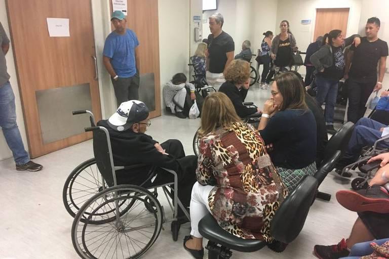 Sala de recepção lotada e com pacientes sentados no chão no pronto atendimento do Hospital do Servidor Estadual, Iamspe, na Vila Clementino