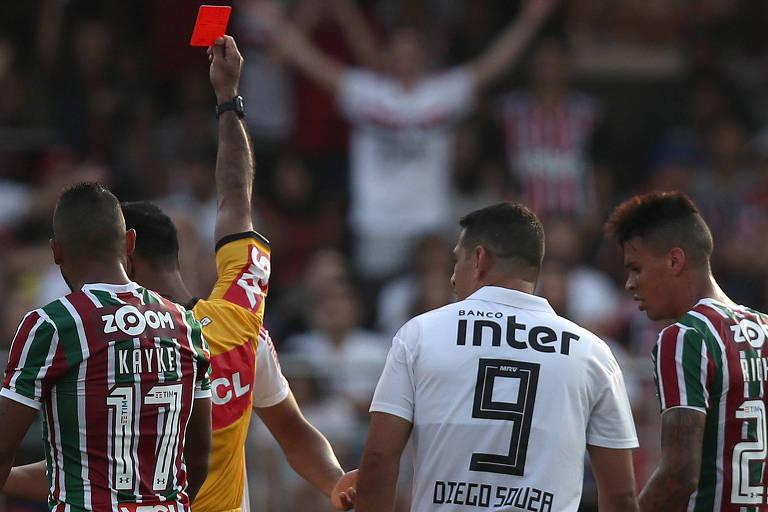 O árbitro Dewson Freitas expulsa Diego Souza no Morumbi
