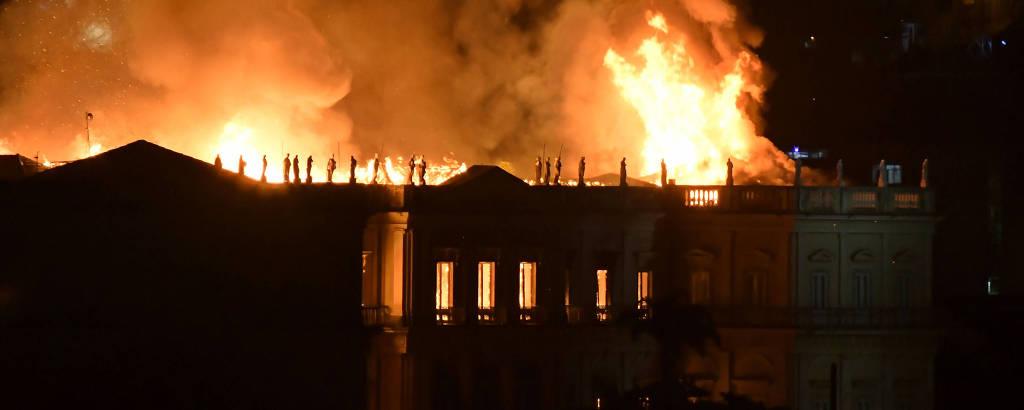 Resultado de imagem para Museu Nacional incendeia no Rio