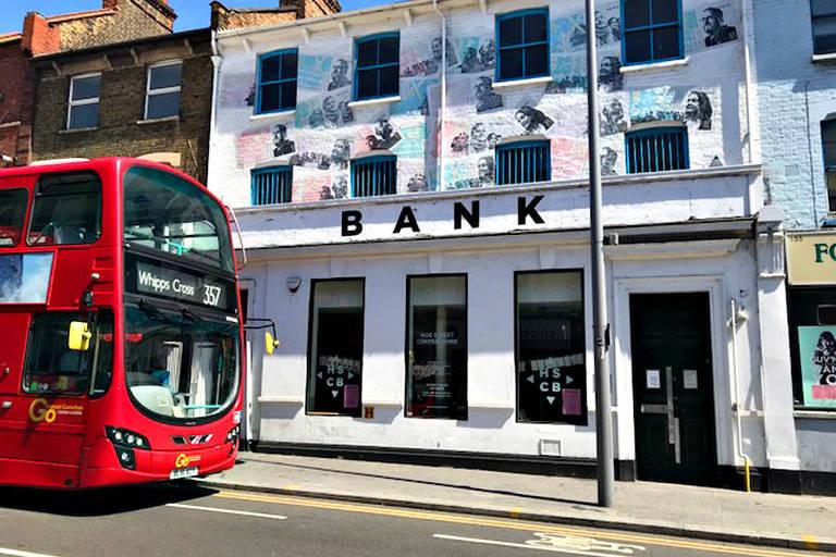 O Hoe Street Central Bank (HSCB),, que  passou a produzir e vender notas próprias de dinheiro para abater dívidas de moradores de Londres