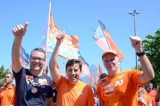 O candidato a presidencia João Amôedo, à Goverdador Marcelo Trindade e atleta Bernadinho do vôley, embaixador do partido NOVO durante caminhada no Leblon