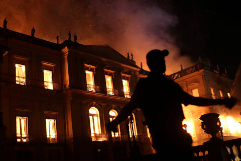 A policeman clears the area during a fire at the National Museum of Brazil in Rio de Janeiro, Brazil September 2, 2018. REUTERS/Ricardo Moraes ORG XMIT: RJO04
