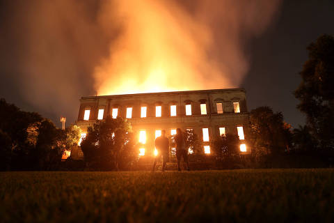 People watch as a fire burns at the National Museum of Brazil in Rio de Janeiro, Brazil September 2, 2018. REUTERS/Ricardo Moraes ORG XMIT: RJO35