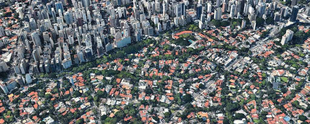 Vista aérea permite ver que a região dos Jardins é um bolsão verde de casas que contrasta com os bairros ao seu redor, densos, de prédios altos; zonas estritamente residenciais ficaram de fora da revisão da lei de zoneamento proposta pela Prefeitura de São Paulo