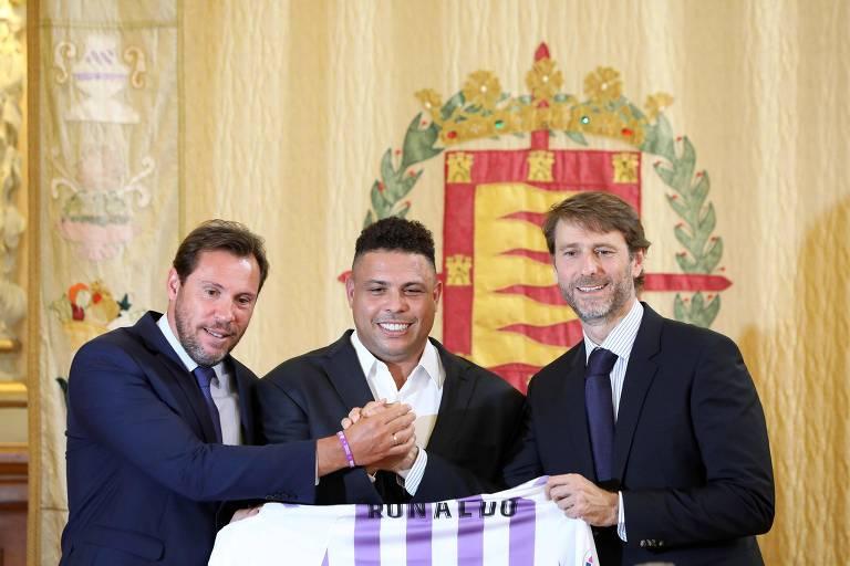 Ronaldo possa ao lado do prefeito de Valladolid, Oscar Puente (esq.), e do presidente do clube espanhol, Carlos Suarez