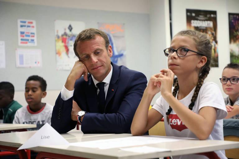 Emmanuel Macron visita escola na França