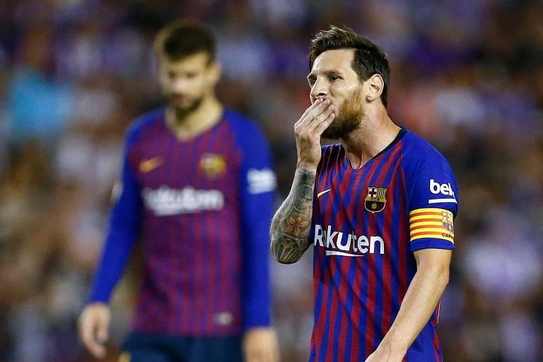 Messi com a mão no queixo durante jogo do Campeonato Espanhol
