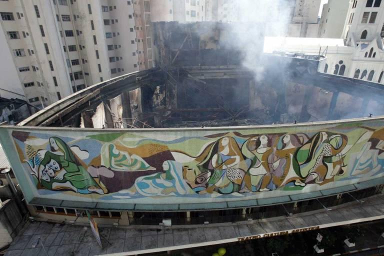 Tesouros culturais e científicos incendiados