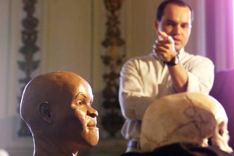 A reconstituição do rosto de Luzia, feita a partir do fóssil considerado o mais antigo de um ser humano nas Américas, apresentada no Museu Nacional, no Rio, observada pelo professor Ricardo Santos