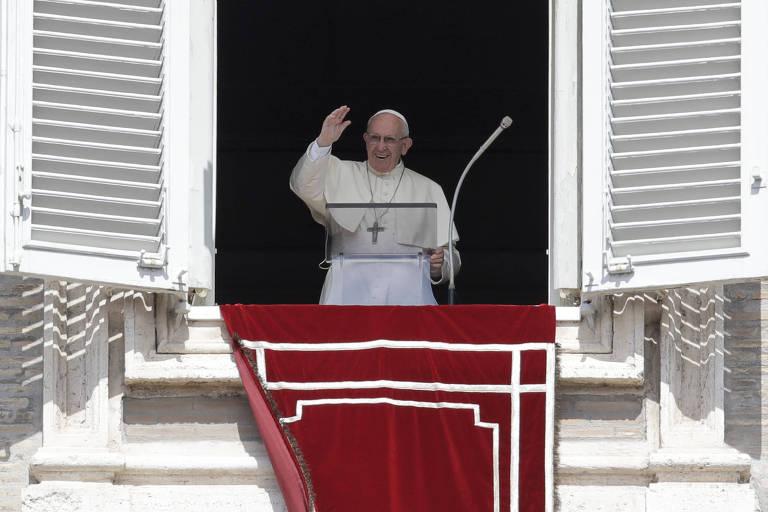 Papa Francisco acena para o público na praça de São Pedro, no Vaticano
