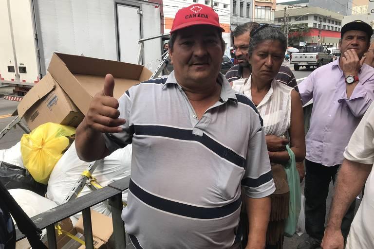 Recifense desempregado, José Ailton da Silva, 51, espera na fila para almoçar no Bom Prato
