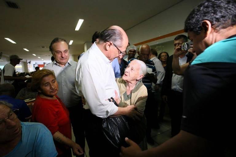 Alckmin cumprimenta senhora em restaurante Bom Prato, na capital paulista
