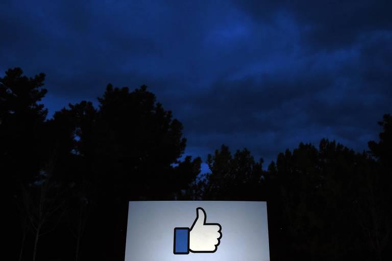Sinal na entrada na sede do Facebook na Califórnia