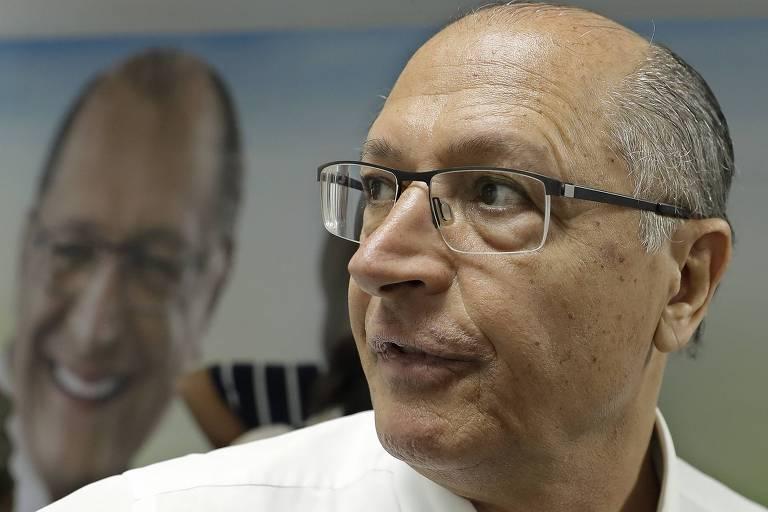 O ex-governador de São Paulo e presidenciável Geraldo Alckmin (PSDB) conversa com jornalistas durante agenda de campanha em São Paulo