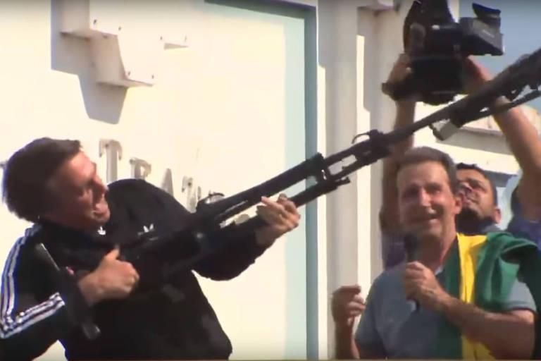 """Durante a campanha eleitoral, o então candidato Jair Bolsonaro (PSL) simulou uma metralhadora durante evento no Acre para, segundo ele, """"fuzilar a petralhada"""""""