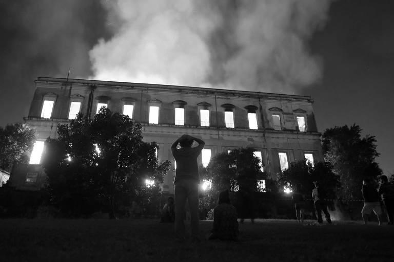 museu pega fogo e homem se desespera a frente