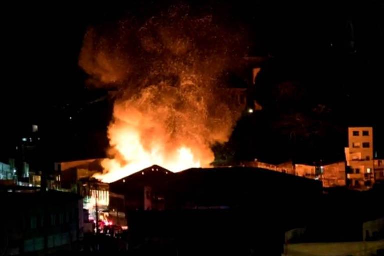 Incêndio atinge casarão no centro histórico de Salvador