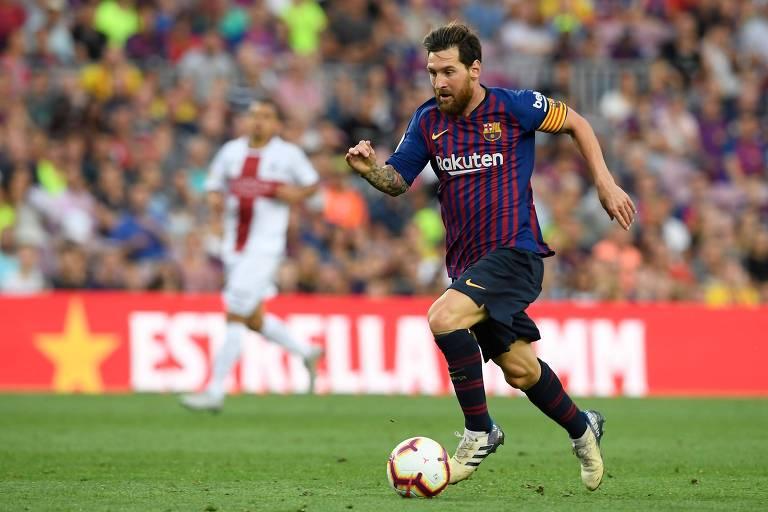 Messi carrega a bola na vitória do Barcelona por 8 a 2 sobre o Huesca, pelo Campeonato Espanhol