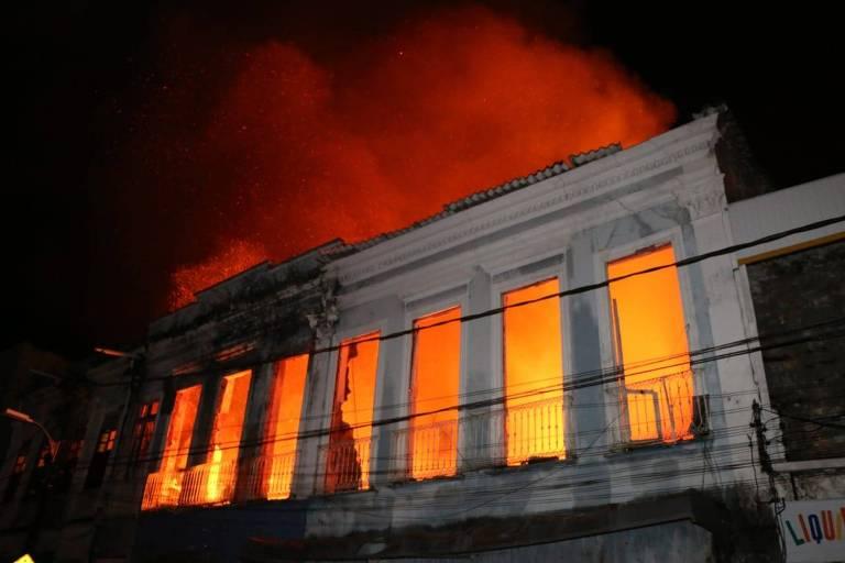 Fogo destrói casarão em Salvador
