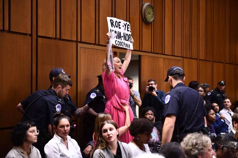 Ativista protesta durante audiência de confirmação do juiz Brett Kavanaugh no Senado americano