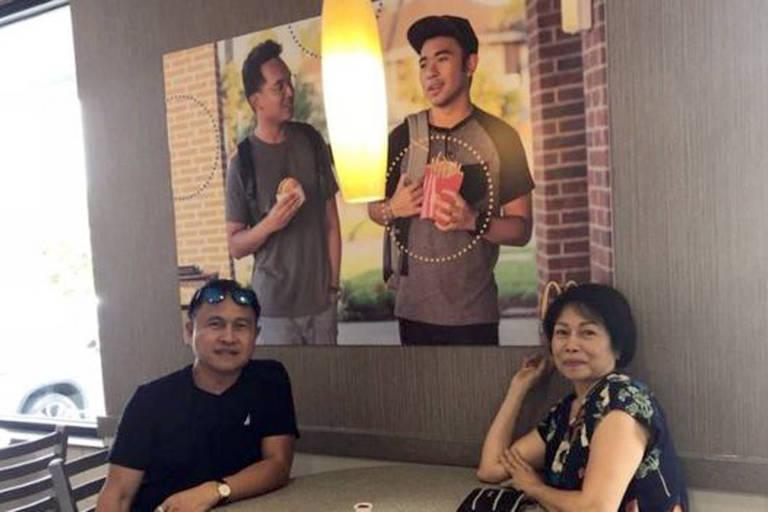 Jovens colam pôster 'publicitário' com foto deles próprios no McDonald's para pedir representatividade