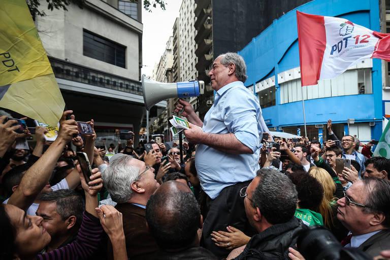 Com megafone, Ciro Gomes (PDT) sobe em banquinho para falar a apoiadores no centro de São Paulo