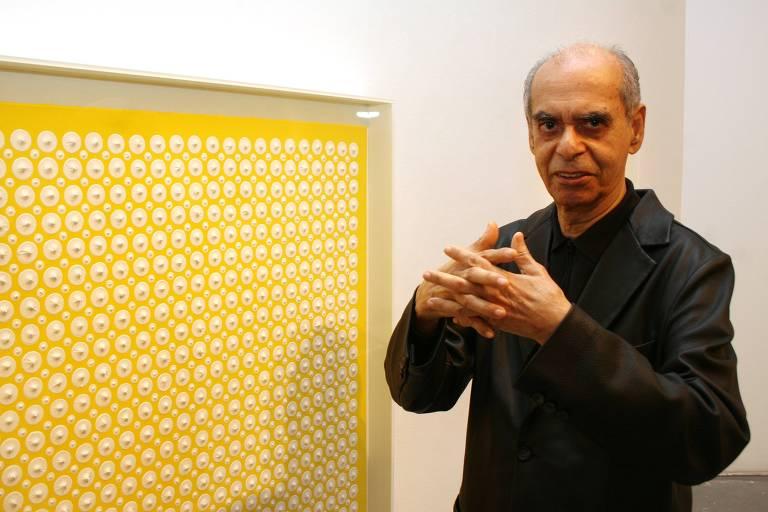"""O artista Almir Mavignier posa ao lado de obra na exposição """"Poetas da Cor"""", no MAC de Niterói (RJ)"""