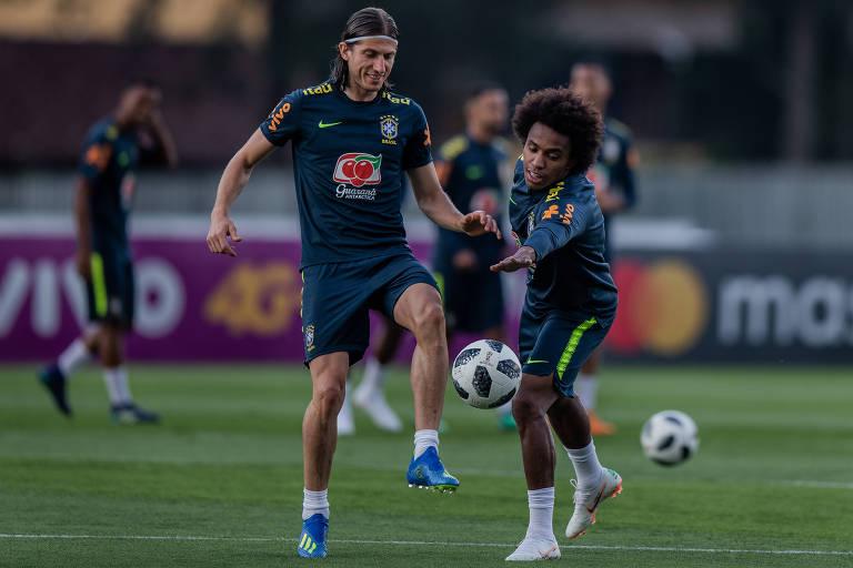 Filipe Luis treina ao lado do meia Willian antes da Copa do Mundo da Rússia deste ano