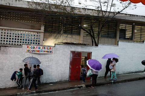 SAO PAULO, SP, BRASIL. 04/09/2018.  A escola estadual Professora Zoraide De Campos Helu - Rua Giovani Paladino no Jaraguá que tem nota de 2,2 na avaliaçao do Ideb.  ( Indice de desenvolvimento da educação básica).  Pelo índice, a pior avaliação das escolas de São Paulo. Alunos saindo pela porta da secretaria. O portão principal está interditado. (foto: Rubens Cavallari/Folhapress, NAS RUAS ****ESPECIAIS****). ***EXCLUSIVO AGORA***EMBARGADA PARA VEICULOS ON LINE***UOL E FOLHA.COM E FOLHAPRESS CONSULTAR FOTOGRAFIA DO AGORA SÃO PAULO***f: 3224-2169, 3224-3342.   Selene Id: