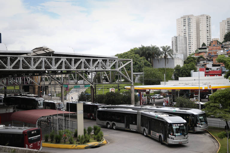 Ônibus no terminal João Dias, na zona sul de São Paulo