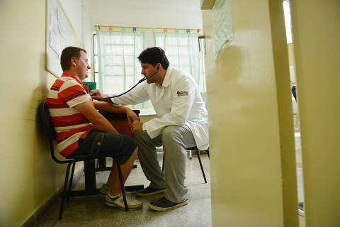 SÃO PAULO, SP, BRASIL 12.05.2015 O médico venezuelano Alvaro Cordona, participante do programa Mais Médicos, atende paciente na UBS Vila Pirituba, em São Paulo (Foto: Karime Xavier/Folhapress)