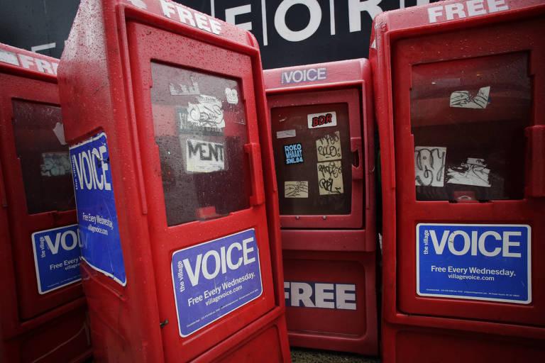 Caixas vermelhas de distribuição do jornal The Village Voice
