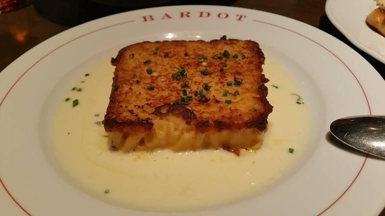 Macaroni com queijo mimolette gratinado, da Bardot Brasserie, no Aria Resort