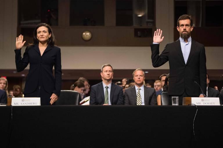 Sheryl Sandberg (esq.) do Facebook, e Jack Dorsey, do Twitter, fazem juramento antes de audiência no Comitê de Inteligência do Senado americano