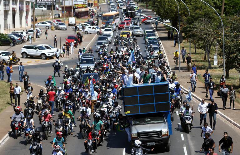 Bolsonaro faz carreata pelo DF