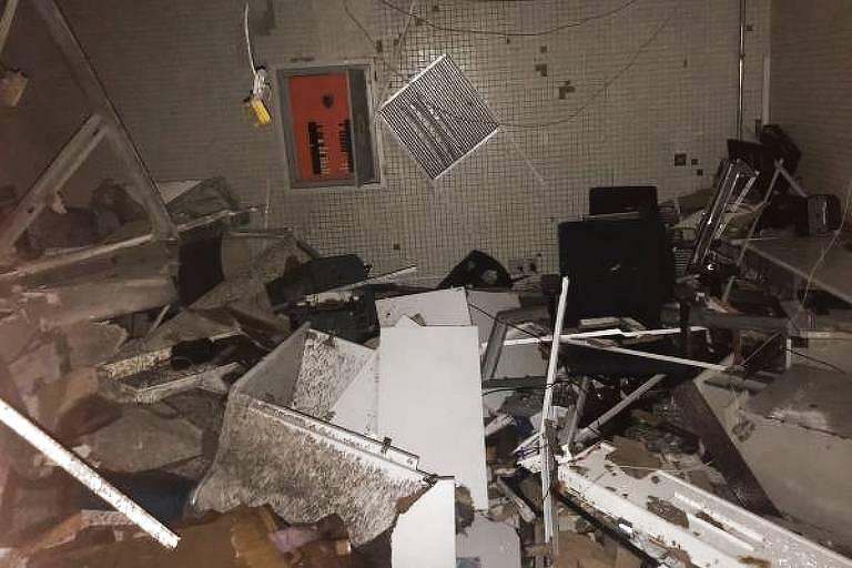 Parte da Agência da Caixa Econômica de Bauru (SP) ficou destruída após assalto