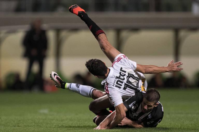 São-paulino Nenê cai em disputa de bola com Matheus Galdezani