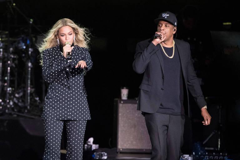 Beyoncé e o marido Jay-Z cantando