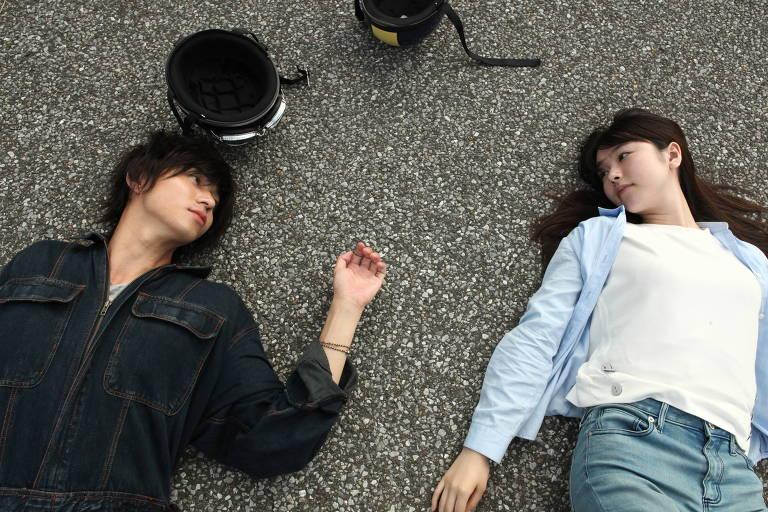 homem e mulher deitados no chão