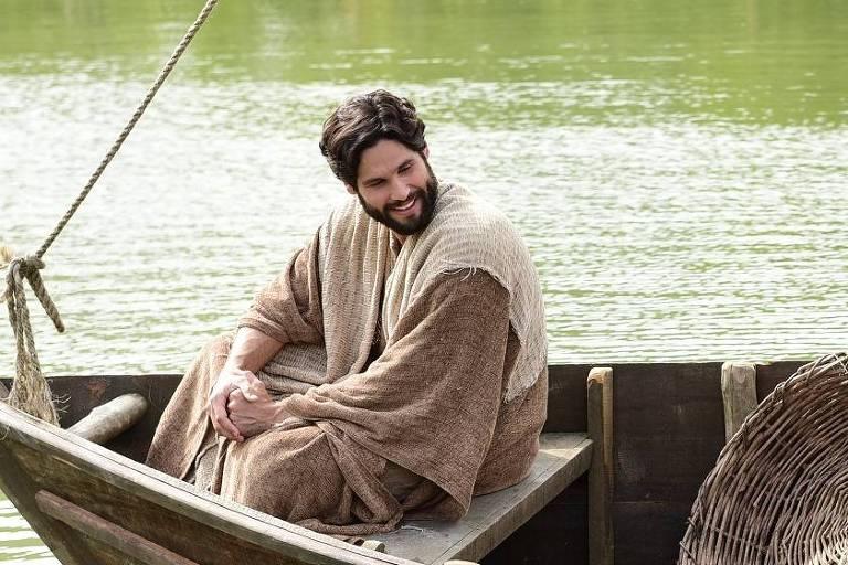 Jesus (Dudu Azevedo) conduz o barco de Pedro (Petrônio Gontijo) pelo mar da Galileia.