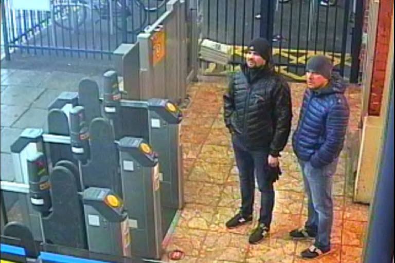 Imagens de câmeras de vigilância mostram os dois russos suspeitos do ataque em Salisbury um dia antes do envenenamento