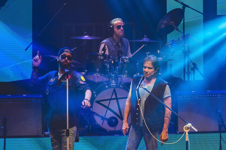 Alex Capela, Dudu Braga (ao fundo) e Roberto Carlos, no show