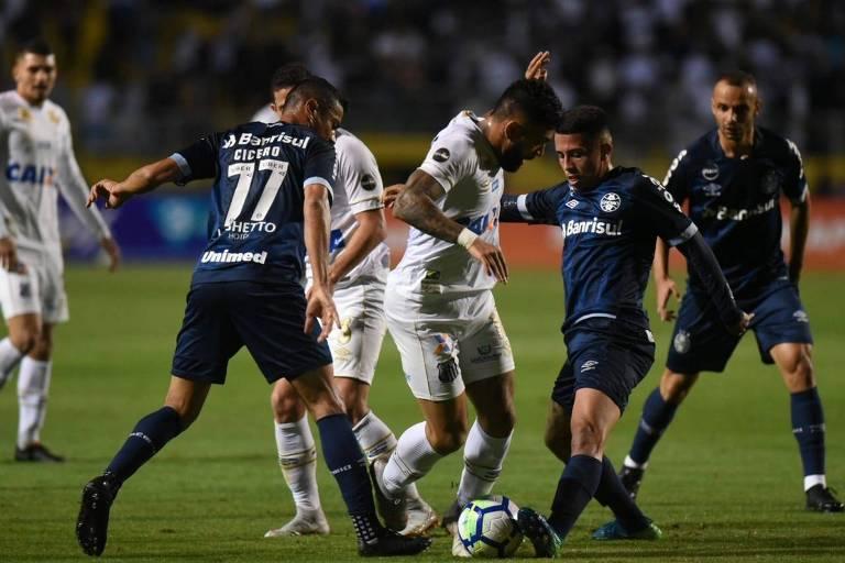 Gabriel, do Santos, tenta passar pela marcação do Grêmio