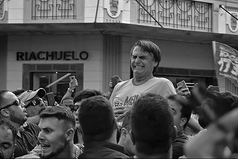 O candidato do PSL à Presidência, Jair Bolsonaro, após ser esfaqueado em Juiz de Fora, Minas Gerais