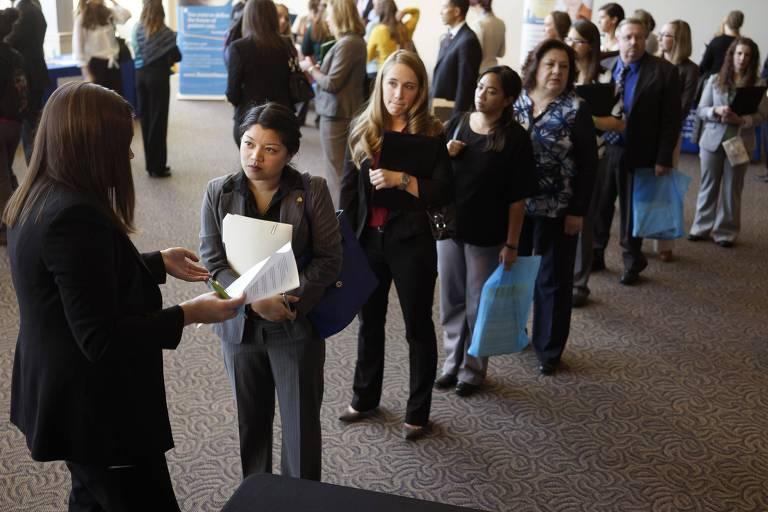 Recrutadora conversa com candidatos que buscam emprego nos EUA