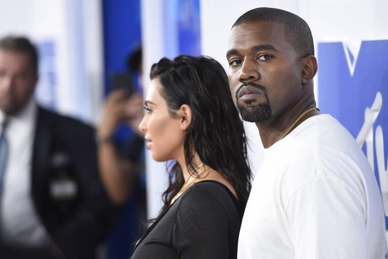 Kanye West chega ao MTV Video Music Awards, em Nova York, com a mulher, Kim Kardashian